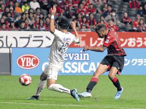 19年10月13日、ルヴァン杯準決勝・G大阪戦でゴールを決める鈴木武蔵(右)