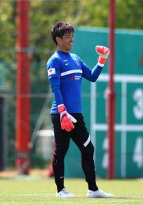チーム練習で笑顔を見せる浦和GK西川周作