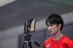 全日本選手権の公式練習で、動画でフォームをチェックする内村航平