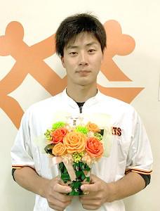 巨人 母の日プレゼント「プレミアムアレンジメント」を持つ広岡大志内野手(24)=球団提供
