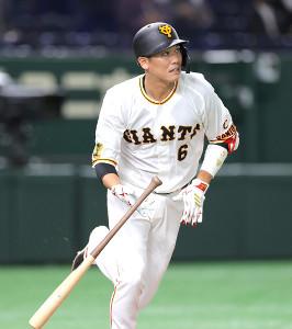 1回無死、坂本勇人が右越えに二塁打を放つ