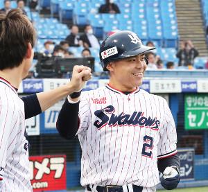 1回1死、左中間に1号ソロ本塁打放った中村悠平はベンチのナインに迎えられる