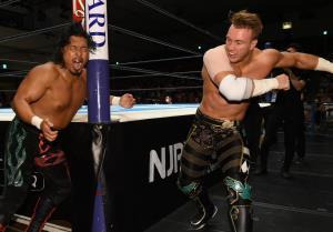 場外で激しい攻防を見せた鷹木信悟(左)とウィル・オスプレイ(新日本プロレス提供)