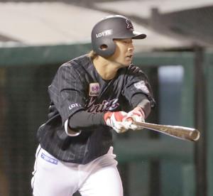 4回2死一塁、右中間に適時二塁打を放つ藤岡裕大