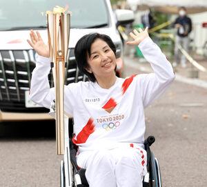 大阪2日目 大阪市中央公会堂付近で聖火のトーチを掲げる田口亜希さん(代表撮影)