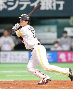 5回2死二、三塁、栗原が左中間に逆転の2点適時二塁打を放つ