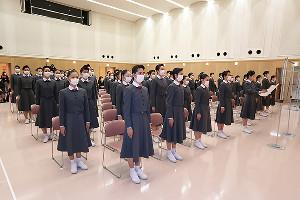 宝塚音楽学校に入学した第109期生。新入生答辞は透明な仕切りの前で読まれた(宝塚音楽学校提供)