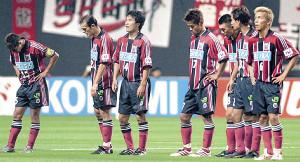 02年8月の第1S第12節で清水に敗れ8連敗となり、うなだれる札幌イレブン