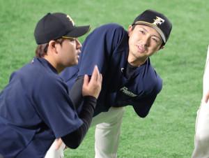 アップする上沢直之と堀瑞輝(左)