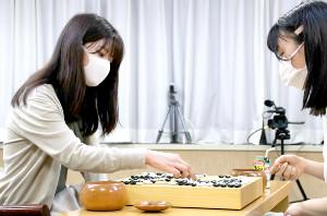 囲碁・藤沢里菜女流名人が4連覇 2連勝で上野愛咲美女流棋聖を退ける