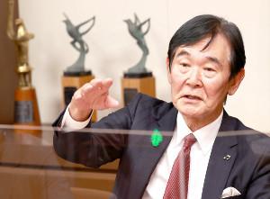 文化庁で取材に応える文化庁長官・都倉俊一氏(提供写真)