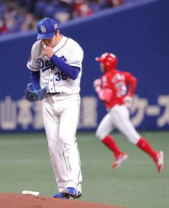 1回無死、菊池涼介(右)に左翼へ先頭打者本塁打を打たれた松葉貴大