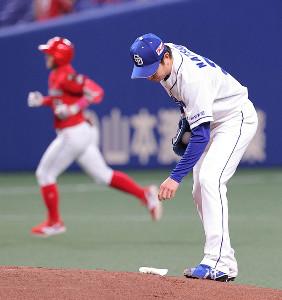 1回無死、菊池涼介(左)に左翼へ先頭打者本塁打を打たれた松葉貴大