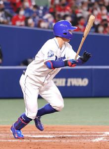 4回2死満塁、京田陽太が中前に2点適時打を放つ