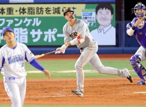 5回無死、中越えに2号ソロ本塁打を放つ坂本勇人
