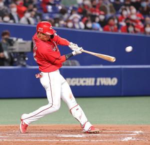 5回無死、中村奨成がプロ初安打となる左翼への二塁打を放つ