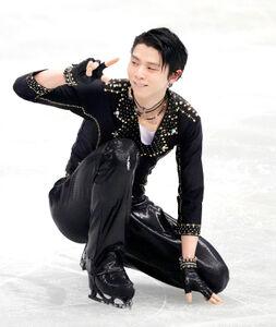 演技を終え、日本チームに向かって笑顔でポーズをとる羽生(代表撮影)