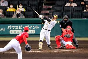 4回無死一塁、佐藤輝明は追加点となる中越え2ラン本塁打を放つ