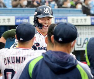 1回2死、右越え7号ソロ本塁打放った村上宗隆はベンチのナインに迎えられる (カメラ・頓所美代子)