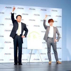 健康行政特別参与の杉良太郎(左)と、健康クリエイターに委嘱されたEXILE・TETSUYA。「健康一番」のポーズをとる(カメラ・頓所 美代子)
