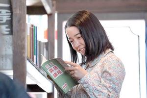 戦争で物資の規制が強まる中、書店でラジオ英語講座のテキストを見つける安子(上白石萌音)