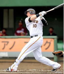 1回無死満塁、先制の右前適時打を放つスモーク(カメラ・竜田 卓)