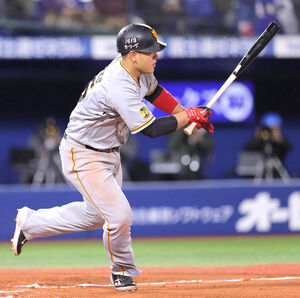 6回1死二、三塁、左前に適時打を放つ岡本和真