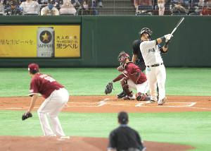 1回2死一塁、田中将大(左)から左中間に先制の2ラン本塁打を放つ中田翔(右、捕手・太田光)