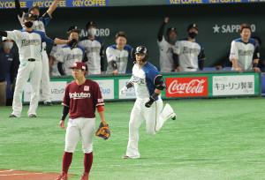 1回2死一塁、田中将大から先制の2ラン本塁打を放った中田翔(中央)とベンチで歓喜する日本ハムナイン