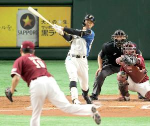 2回無死、田中将大(手前)から右越えのソロ本塁打を放つ石井一成