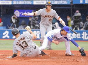 6回2死満塁、上茶谷大河(右)の暴投の間に二塁から生還した梶谷隆幸