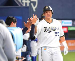 7回1死一塁、杉本裕太郎は左中間への2ラン本塁打を放つ