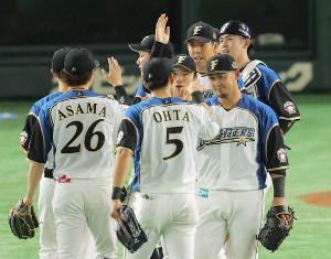 勝利のハイタッチを交わす中田翔(手前右)ら日本ハムナイン