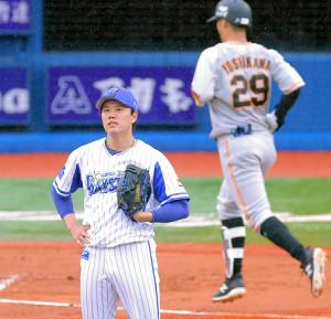 6回2死、吉川尚輝にもソロ本塁打を浴び、この回だけで6失点した先発の上茶谷大河