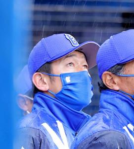 7回、厳しい様子で戦況を見る三浦大輔監督