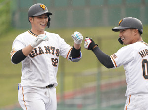 9回2死一、二塁、サヨナラ打を放ち笑顔の北村拓己(左)
