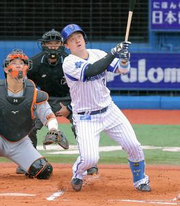 1回1死、左越えに同点のソロ本塁打を放つ牧秀悟(投手は戸郷翔征、捕手は大城卓三)