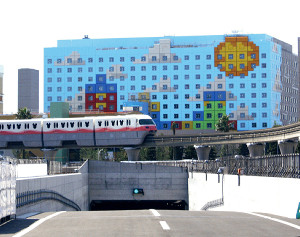 外壁が完成した「東京ディズニーリゾート・トイ・ストーリーホテル」。モノレール「ディズニーリゾートライン」の手前はTDL駐車場の退出路にできた浦安市初のトンネル道路