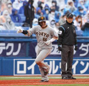 6回2死一、三塁、右越えに3ラン本塁打を放ち笑顔で三塁を回る香月一也(カメラ・竜田 卓)