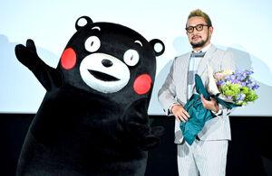「熊本ピカデリー」の内覧会に出席した中村獅童(右)とくまモン
