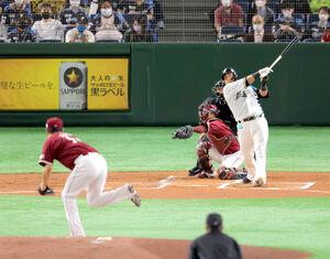 1回2死一塁、田中将大(左)から左中間に先制の2ラン本塁打を放つ中田翔