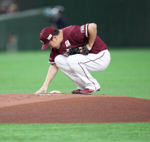 1回、戻って来た日本のマウンドに手を乗せる田中将大