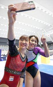 すべての演技を終え、寺本明日香(左)と写真に納まる村上茉愛