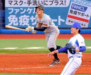 6回1死一塁、右越え二塁打を放つ梶谷隆幸