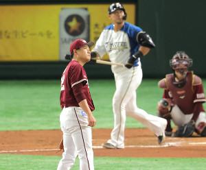 17日の日本ハム戦の6回、中田翔(奥)に左越えソロ本塁打を浴びる牧田和久(捕手・太田光)