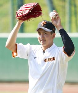 試合前、キャッチボールをする横川凱