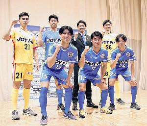 JFL昇格へ意欲を燃やす新加入選手(前列左から下村、川元、渡辺。後列左から石川、志村、長野監督、清水)