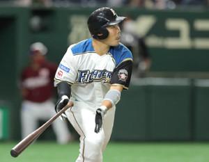 1回2死、中越えに先制本塁打を放った近藤健介