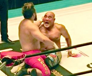 マサ北宮の監獄固めで敗れた武藤敬司(右)