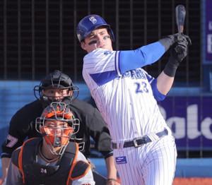 8回2死三塁、オースティンが三塁へ適時内野安打